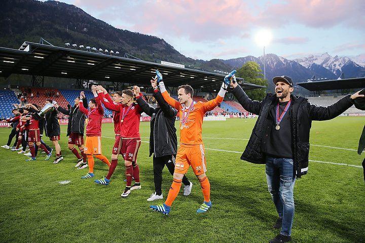Auch wenn der Unterschied riesig war so freuen sich die Spieler des FC Vaduz trotzdem ueber den Cupsieg, aufgenommen am Mittwoch, 4. Mai 2016, beim Liechtensteinischen Fussball Cupfinal zwischen dem FC Vaduz gegen den FC Schaan im Vaduzer Rheinpark Stadion. Foto & Copyright: Eddy Risch.