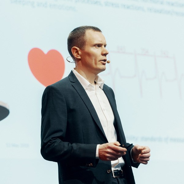 Low HRV is associated with acute stress, work stress, heart disease and anxiety, told Tero Myllymäki from Firstbeat.